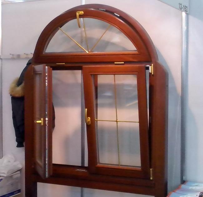 арочное окно с механизмами открывания