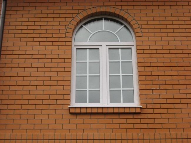 арочное окно со шпросами