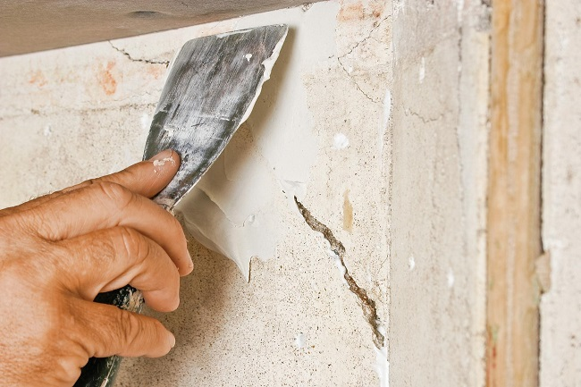 заделка щелей и трещин на балконе