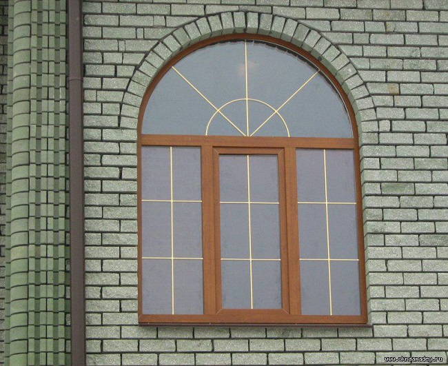 арочное окно с декоративной раскладкой