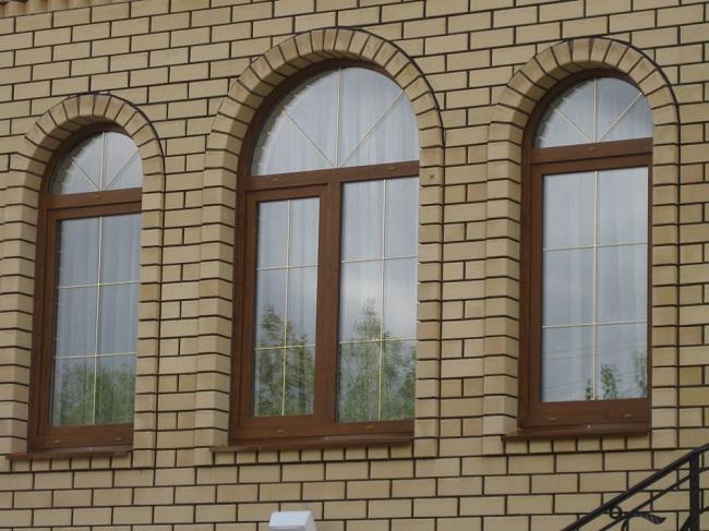 арочные окна в кирпичном доме