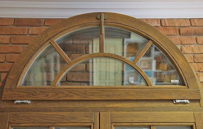 фото: арочное окно из дуба
