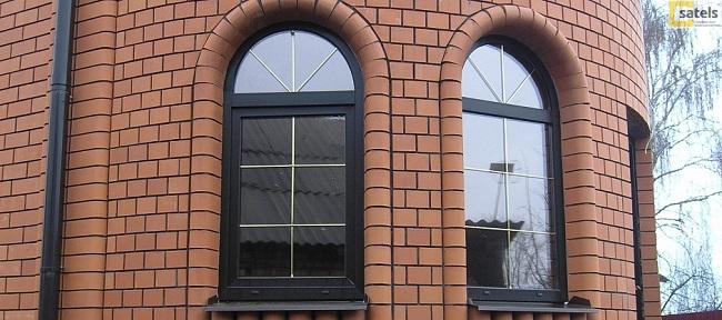 черные арочные окна в частном доме