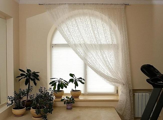 легкая тюль на арочное окно