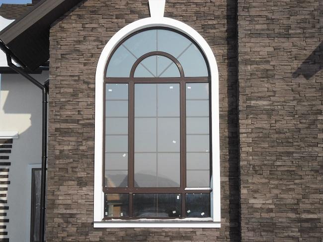 Арочные пластиковые окна в коттедж