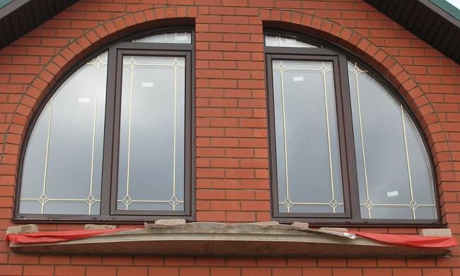 арочные окна со шпросами и вензелями