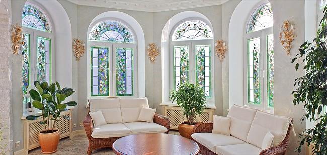 арочные окна с витражами внутри