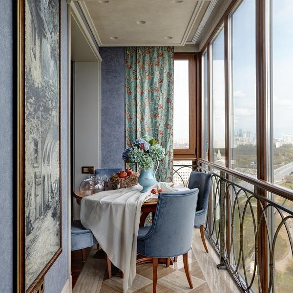 классический стиль обеденной зоны на балконе
