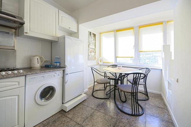 кухня с балконом в светлых тонах