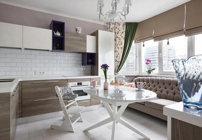 дизайн кухни с балконом и диваном