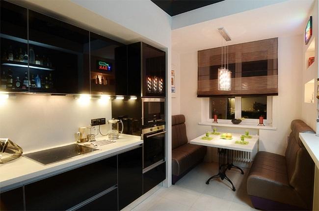 кухня с балконом и двумя диванчиками