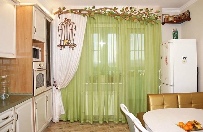 шторы с рисунком на кухню с балконной дверью