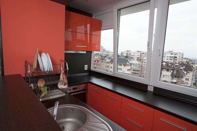 мойка и рабочая поверхность кухни у балконного блока