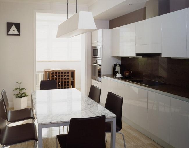 сочетание темных и светлых тонов на кухне