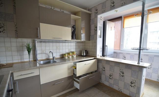 дизайн кухни с холодильником на балконе