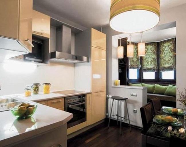 кухня с балконом и диванчиком в эркере