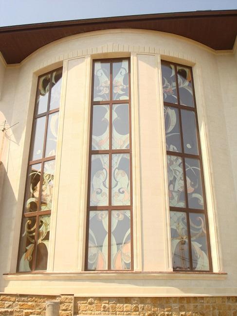 панорамные окна с витражными рисунками для частного дома