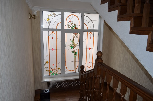витражные окна в интерьере частного дома