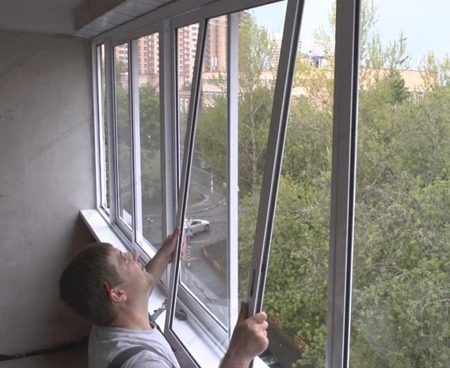 установка створки раздвижного окна балкона