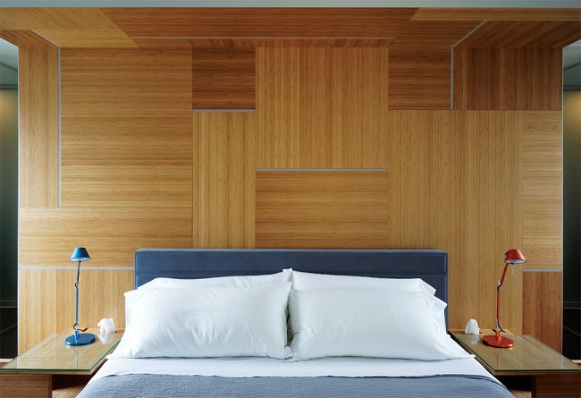 отдлека стен в спальне бамбуковыми панелями