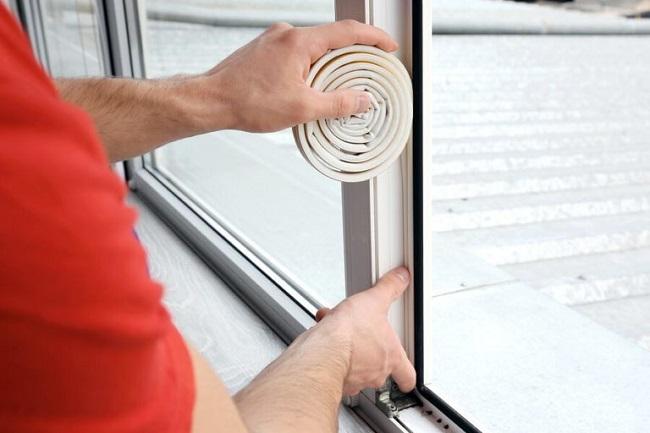 приклеивание дополнительного уплотнителя для пластикового окна