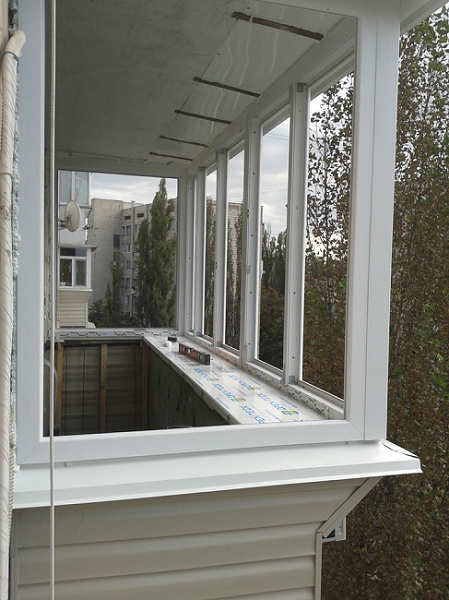 теплое остекление балконов с выносом