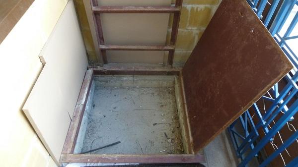 соседи снизу заделали люк на балконе