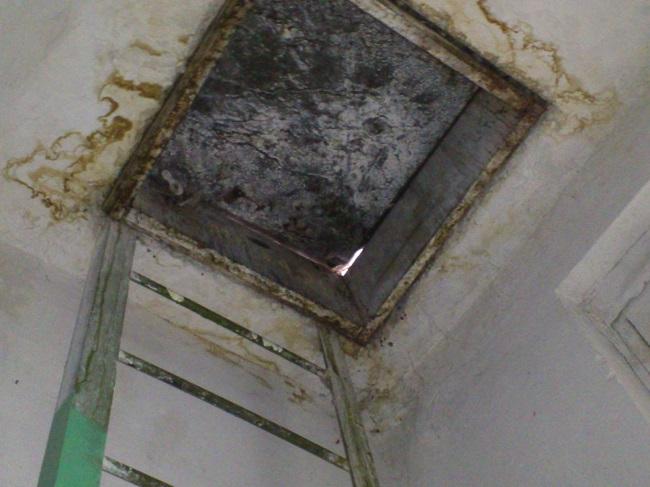 через люк на балконе проникает вода
