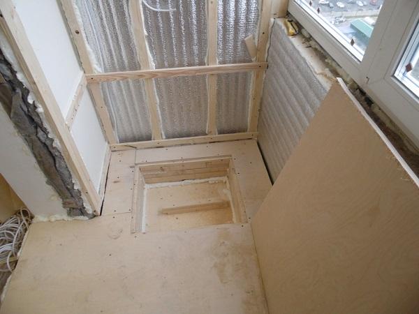 укладка фанеры на балкон с люком