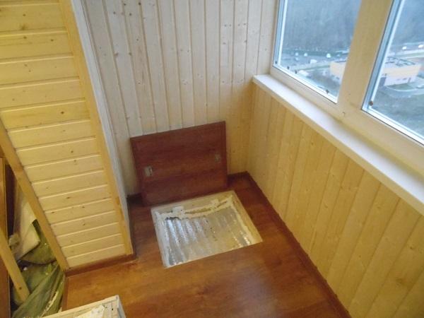 отделка пола на балконе с люком