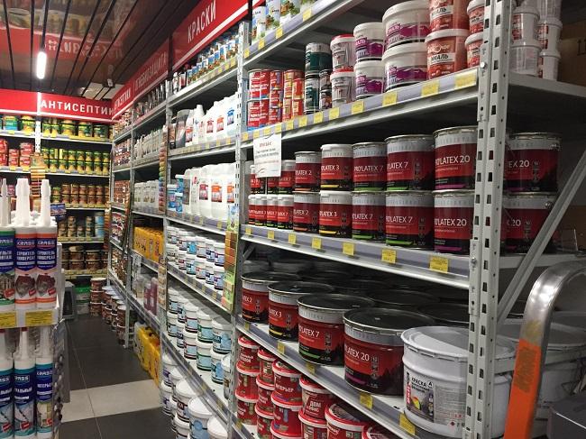 ассортимент красок и пропиток в магазине