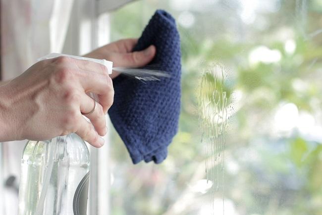 мытье окон раствором нашатырного спирта и воды