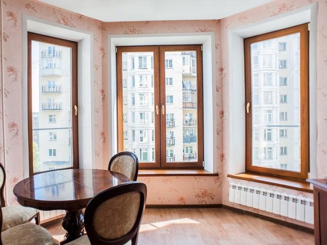 сочетание ламинированных окон с мебелью