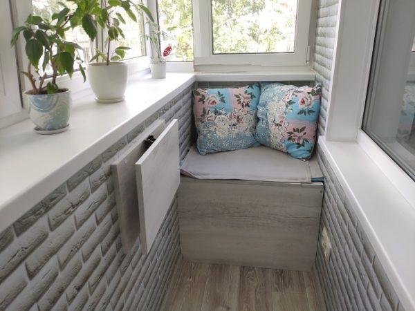 складной столик на хрущевском балконе