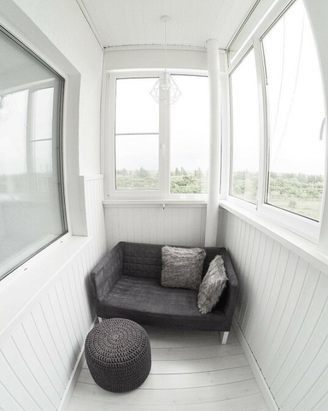 диванчик с пуфиком на хрущевском балконе