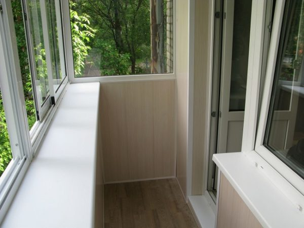 отделка балкона с выносом пластиковыми панелями