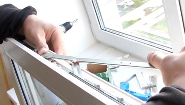 вставляем ножницы пластикового окна