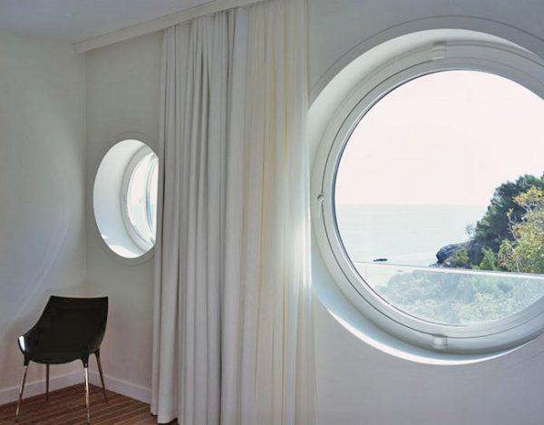 прямые шторы для круглых окон