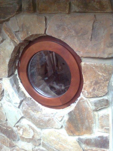 круглое окно в цокольном этаже