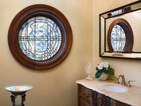 круглое деревянное окно в интерьере ванной