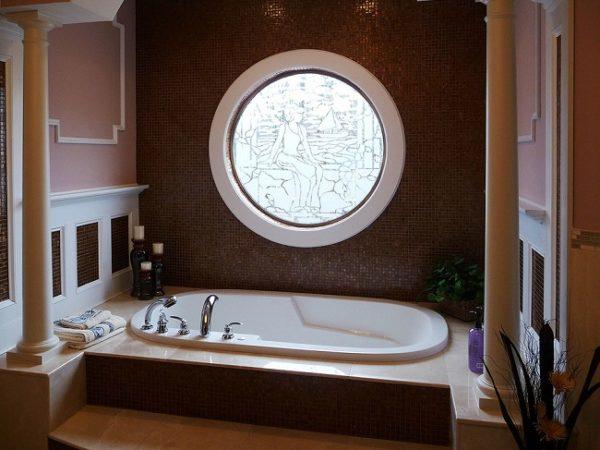 витражное круглое окно в ванной