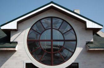 круглое окно на фронтоне частного дома