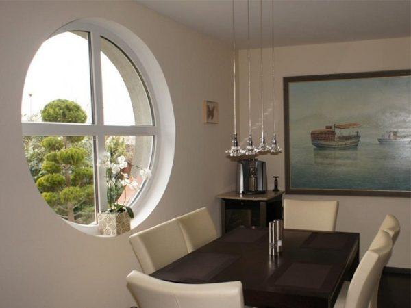 круглое пвх окно в интерьере