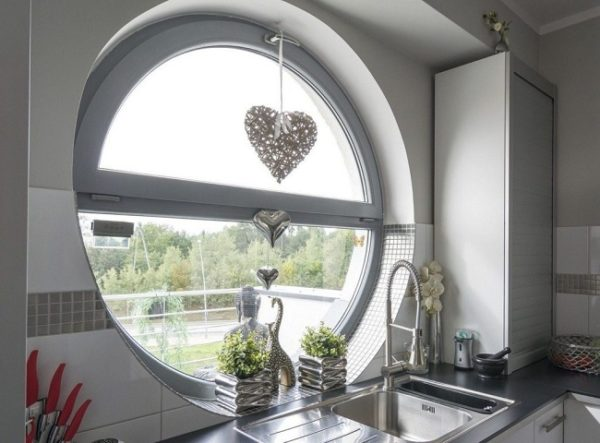 алюминиевые окна в интерьере кухни