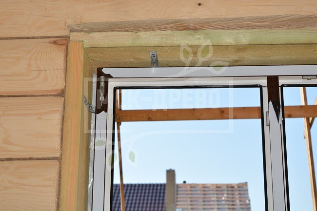 установка окон на монтажные пластины в деревянном доме