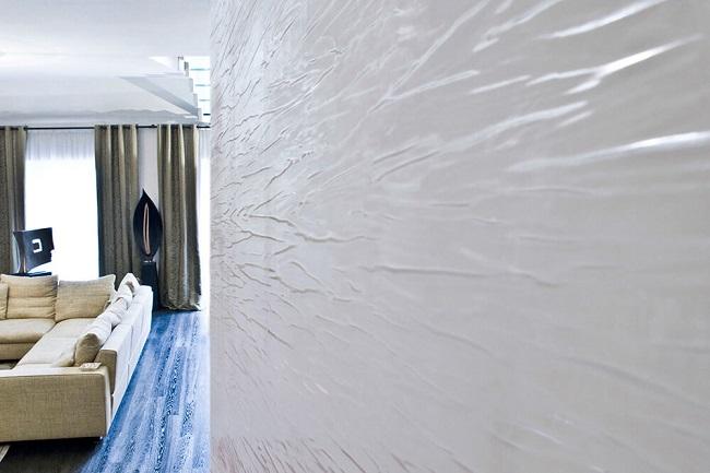 белая фактурная штукатурка в интерьере спальни
