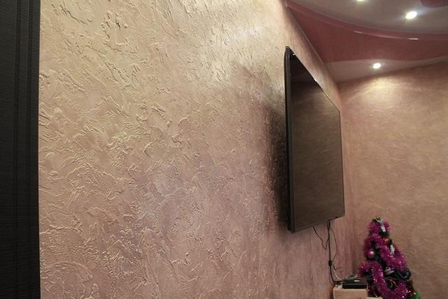 фактурная штукатурка на стене зала