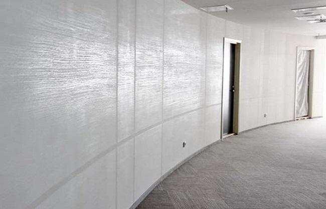 белая фактурная штукатурка в интерьере офиса