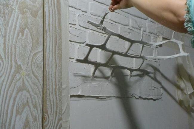 декорирование стены под кирпич штукатуркой