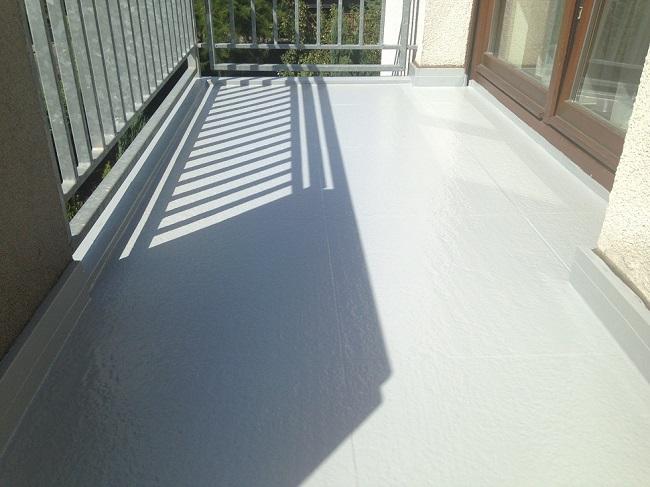 крашеный бетонный пол на балконе